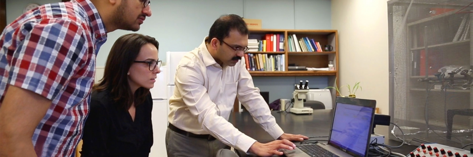 Dr. Joe M. Louis working with student in lab